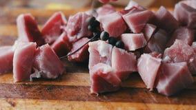 Znakomicie - siekający kawałki Przyprawiający na drewnianej ciapanie desce wołowina zbiory wideo
