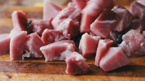 Znakomicie - siekający kawałki wołowina na drewnianej ciapanie desce zbiory wideo