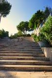 Znakomity dwór z schodkami na dennym widoku brzeg przy zmierzchem, fotografia royalty free