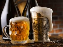 Znakomity piwny nalewający wewnątrz szkło obrazy royalty free