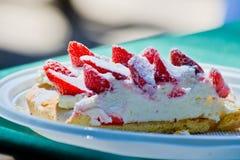 Znakomity tort z truskawek, śmietanki i shortcrust ciastem, obrazy stock