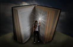 Znalezienie informacja w książce fotografia stock