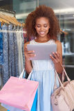 Znalezienie zakupy wykazywać tendencję online i przy centrum handlowym obrazy royalty free
