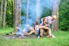 Znalezisko kamrat podróżować i wycieczkować Firma przyjaciół rodziny lub pary cieszą się relaksujący wpólnie lasowy przyjaciół re obrazy stock