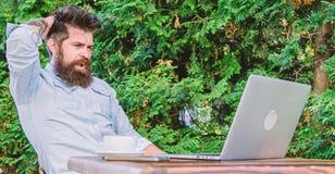 Znalezisko temat pisze Brodaty modnisia laptopu surfingu internet Reportera dziennikarza dzienna rutyna Pracuj?cy online Online fotografia stock