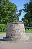 ZNAMENSK, RUSLAND Beeldhouwwerk van een hert, Velau-symbool Stock Foto's