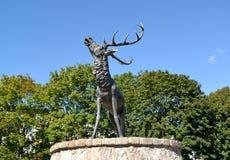 ZNAMENSK, RUSLAND Beeldhouwwerk van een hert, Velau-symbool, vooraanzicht Royalty-vrije Stock Afbeeldingen