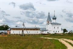 Znamensky-Kloster auf dem Klyazma in Gorokhovets Vor dem Regen Stockfoto