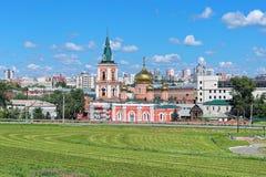 Znamenskykathedraal in Barnaul, Rusland Stock Foto