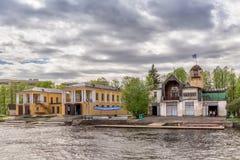 Znamya för ` för roddklubba ` på flodstranden av den Malaya Nevka floden i St Petersburg Arkivbild