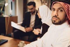 Zniechęcony Arabski mężczyzna z żoną przy psychologiem fotografia royalty free