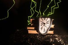 Zniekształcający miękki stapianie zegar na drewnianej ławce uporczywość pamięć Salvador Dali obraz royalty free