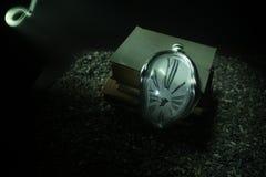 Zniekształcający miękki stapianie zegar na drewnianej ławce uporczywość pamięć Salvador Dali obrazy stock