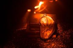 Zniekształcający miękki stapianie zegar na drewnianej ławce uporczywość pamięć Salvador Dali fotografia royalty free
