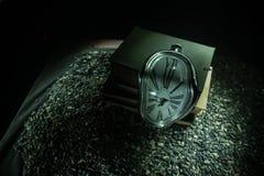 Zniekształcający miękki stapianie zegar na drewnianej ławce uporczywość pamięć Salvador Dali zdjęcia stock