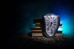 Zniekształcający miękki stapianie zegar na drewnianej ławce uporczywość pamięć Salvador Dali obrazy royalty free