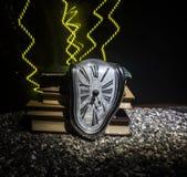 Zniekształcający miękki stapianie zegar na drewnianej ławce uporczywość pamięć Salvador Dali obraz stock
