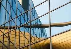 Zniekształcający odbicie żółty budynek w odzwierciedlającym okno zdjęcia royalty free