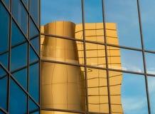 Zniekształcający odbicie żółty budynek w odzwierciedlającym okno obraz stock