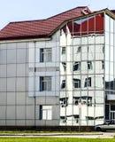 Zniekształcający odbicie w okno nowożytny budynek obraz stock