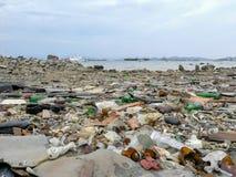 Zniszczenia zanieczyszczenia środowiska śmieci na plaży zdjęcia royalty free