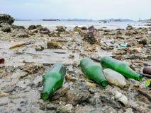 Zniszczenia zanieczyszczenia ?rodowiska ?mieci na pla?y obraz royalty free