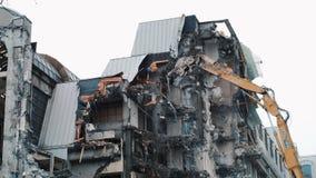 Zniszczenie dom z buldożerem Rozmontowywać starego budynek Ekskawator niszczy ściany zaniechany zdjęcia royalty free