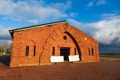 Zniszczenie stary red-brick koszaruje Obrazy Royalty Free