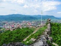 Zniszczona ściana Khust forteca i panorama Khust na tle Carpathians - odgórny widok Błogi krajobraz obrazy stock