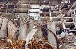 Zniszczone betonowe struktury i inżynier pracy dla rozbiórki i budowy budynki przy przemysłowym miejscem zdjęcia royalty free