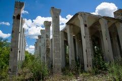 Zniszczone struktury zaniechana fabryka Zdjęcia Stock