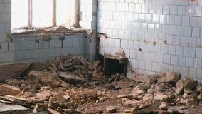 Zniszczony budynek po katastrofy trzęsienia ziemi, powódź, ogień zdjęcie wideo