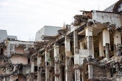 Zniszczony budynek po rozbiórki, spowodowany przez człowieka wypadek Inżynierii i budowy błędy obrazy stock