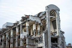 Zniszczony budynek po rozbiórki, spowodowany przez człowieka wypadek Podporowe kolumny, peleng struktury są widoczne Projekt zdjęcia royalty free