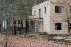 Zniszczony budynek w drewnach, Wysyła Apokaliptycznego fotografia royalty free