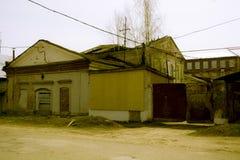 Zniszczony budynek z wsiadający w górę okno a Obraz Stock