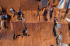 Zniszczony dachowy tło Zdjęcia Stock