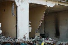 Zniszczony dom po zawalenia się ściany i ładunek obrazy stock