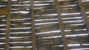 Zniszczony drewniany dach w zaniechanym budynku zbiory