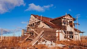 Zniszczony drewniany dom przeciw niebu zbiory