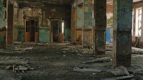 Zniszczony duży budynek po katastrofy trzęsienia ziemi, powódź, ogień zdjęcie wideo