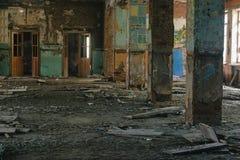 Zniszczony duży budynek po katastrofy trzęsienia ziemi, powódź, ogień zdjęcie stock