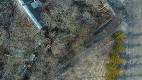 Zniszczony kościół i drewniany domowy chmurny pogodowy Rosja zbiory