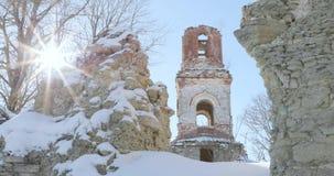 Zniszczony kościół przeciw tłu susi drzewa i słońce zbiory