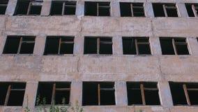 Zniszczony kondygnacja budynek z wiele łamanymi okno zbiory wideo
