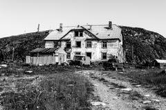 Zniszczony stary zaniechany kamienia dom w wiosce Teriberka selo w Kolsky okręgu Murmansk Oblast, Rosja fotografia royalty free
