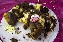 Zniszczony Urodzinowy tort z urodzinowymi świeczkami fotografia stock