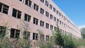 Zniszczony zaniechany kondygnacja budynek z wiele łamanymi okno zbiory