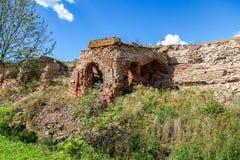 Zniweczona ściana i ruiny antyczny Oreshek forteca zdjęcia royalty free