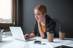Znużony żeński działanie z notebookiem zdjęcie stock